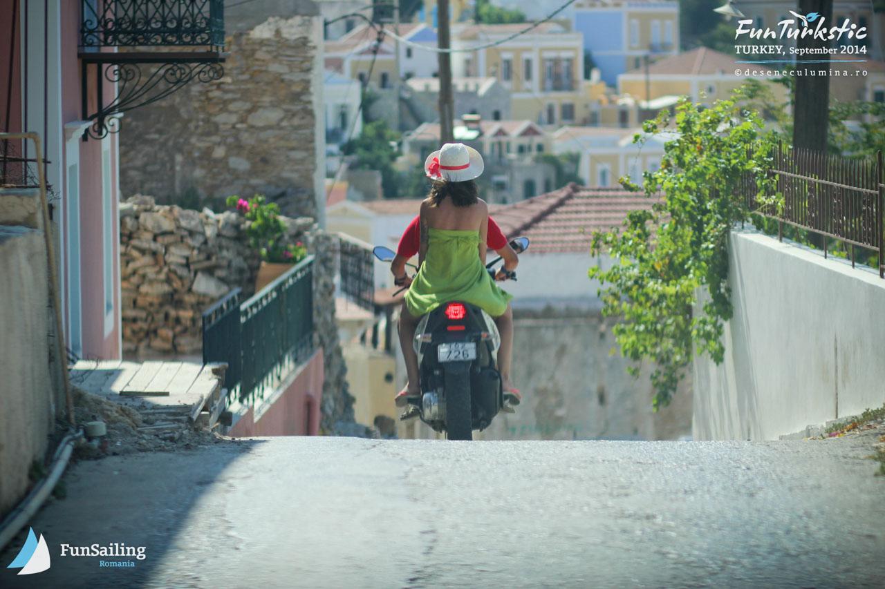 Explorand insula pe scooter